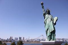 Мост статуи свободы и радуги - Odaiba, токио Стоковая Фотография