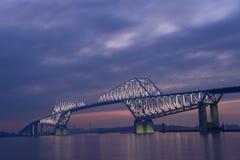 Мост строба токио на сумраке Стоковые Изображения