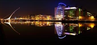 Мост Сэмюэла Беккета и река Liffey в центре города Дублина Стоковые Изображения RF