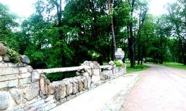 Мост с вазами в парке зеленого цвета лета Стоковые Фотографии RF