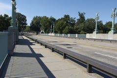 Мост с деревьями в предпосылке Стоковые Фото