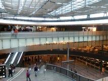 Мост с пассажирами, вестибюлем и торговым участоком, Цюрих-авиапортом ZRH Стоковое фото RF