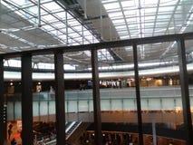 Мост с подкрашиванным стеклом в вестибюле Цюрих-авиапорта ZRH Стоковые Изображения RF