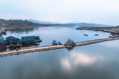 Мост Таиланда Sangkhlaburi деревянный Стоковое Изображение RF