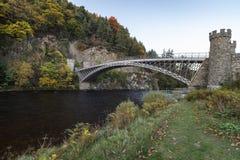Мост Томаса Telfords Craigellachie над рекой Spey в Шотландии стоковое изображение