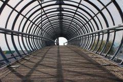 Мост тоннеля металла с деревянной дорожкой Стоковая Фотография RF