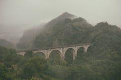 Мост тосканских холмов в тумане Стоковые Фото