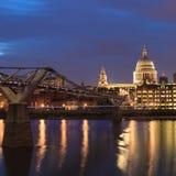 Мост тысячелетия водя к собору ` s St Paul Стоковые Изображения RF
