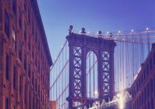 Мост увиденный от Dumbo на сумраке, Нью-Йорк Манхэттена стоковые изображения rf
