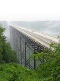 Мост ущелья нового реки в дожде Стоковые Фотографии RF