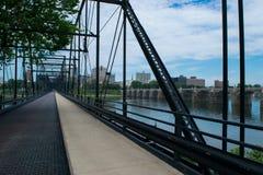 Мост улицы грецкого ореха в Harrisburg, Пенсильвании водя к городу Стоковые Изображения RF
