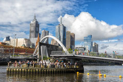 Мост ходока Evan в Мельбурне стоковые фото