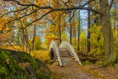 Мост через канал в парке осени Стоковая Фотография