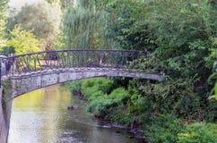 Мост через малое реку в парке Стоковое фото RF