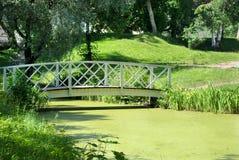 Мост через пруд. Стоковые Фото