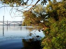 Мост через реку к острову стоковые изображения