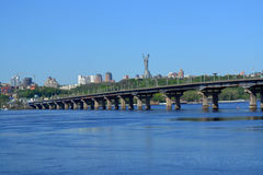 Мост через реку Dnieper в Киеве Стоковые Фотографии RF