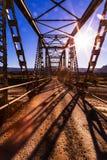 Мост через сухую кровать заводи после сезона муссона Стоковая Фотография RF