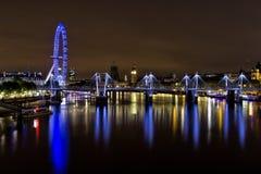 Мост юбилея Лондона золотой на ноче Стоковые Изображения
