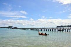 Мост для пути прогулки на пляже Rawai Пхукета Таиланда Стоковые Изображения RF