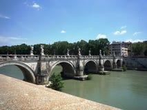 Мост Aelius (мост Sant Angelo) над Тибром, Римом стоковые фотографии rf