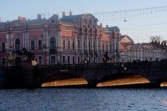 Мост Anichkov и дворец Belosselsky-Belozersky в Санкт-Петербурге стоковое фото