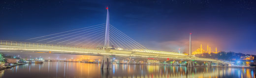 Мост Ataturk, мост метро на ноче Стамбуле Стоковые Изображения RF