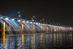 Мост Banpo с красочной выставкой фонтана Стоковое Изображение