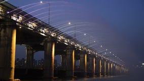 Мост Banpo, фонтан моста или фонтан радуги лунного света в Сеуле, Южной Корее сток-видео