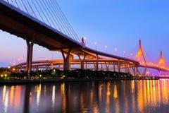 Мост Bhumibol в заходе солнца Стоковые Фото
