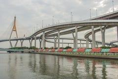 Мост Bhumibol или мост промышленных колец конкретный мост шоссе и пересекают Chao Реку Phraya, Таиланд Стоковая Фотография