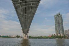 Мост Bhumibol или мост промышленных колец конкретный мост шоссе и пересекают Chao Реку Phraya, Таиланд Стоковые Изображения RF