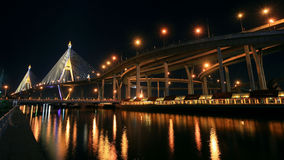 Мост Bhumibol с отражением на ноче в Бангкоке Стоковые Изображения RF