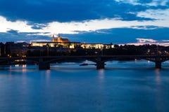 Мост Charles в Прага на ноче Стоковые Фото