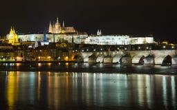 Мост Charles на ноче Стоковое Изображение