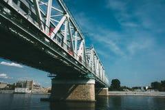 Мост Danilovskiy над рекой Москвы стоковые изображения rf