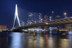 Мост Erasmus и горизонт kop Van Zuid Района в Роттердаме, Нидерланд стоковое изображение