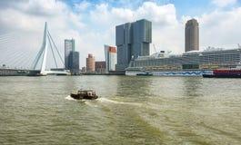 Мост Erasmus и для здания Роттердам вдоль Wilh Стоковое Изображение RF
