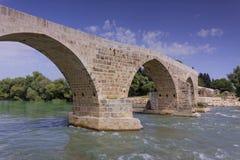 Мост Eurymedon скалистый над рекой около Aspendos, Pamphylia, Турцией Стоковое фото RF