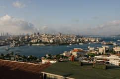 Мост Galata района Eminonu, skyscapers Стамбул Levent Стоковые Изображения
