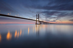 Мост Gama Vasco da в Лиссабоне на восходе солнца Стоковые Фотографии RF