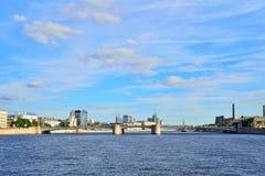 Мост Grenadier панорамы через реку Bolshaya Nevka в Стоковое Фото