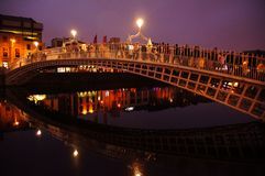 Мост HaÂ'penny в историческом центре в Дублине стоковые фотографии rf