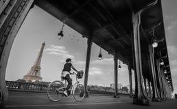Мост hakeim Bir, чернота Парижа & белизна стоковое изображение