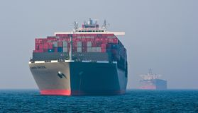 Мост Hamber контейнеровоза и топливозаправщик Nordbay поставленное на якорь в дорогах Залив Nakhodka Восточное море (Японии) 19 0 Стоковая Фотография RF