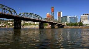 Мост Hawthorne над рекой Willamette в Портленде, Орегоне стоковая фотография rf