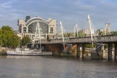 Мост Hungeford и золотые мосты юбилея в утре, Lond Стоковые Изображения RF