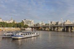 Мост Hungeford и золотые мосты юбилея в утре, Lond Стоковые Фото