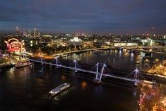 Мост Hungerford и золотые мосты юбилея стоковая фотография rf