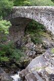 Мост Invermoriston, гористая местность, Шотландия Исторический мост над рекой Moriston на Invermoriston, конструированном Томасом стоковые фотографии rf